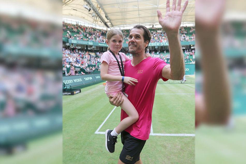 Bewegender Abschied: Tommy Haas verlässt das Stadion mit seiner sechsjährigen Tochter Valentina.
