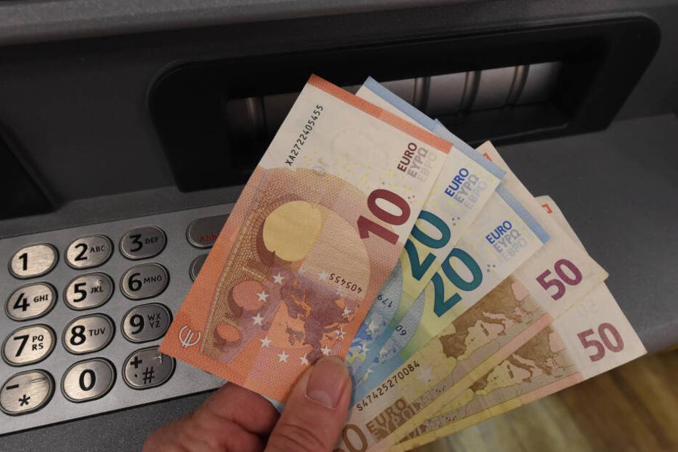 Die Polizisten begleiteten den Mann zu einem Geldautomaten, wo er die geforderte Summe abhob. (Symbolbild)