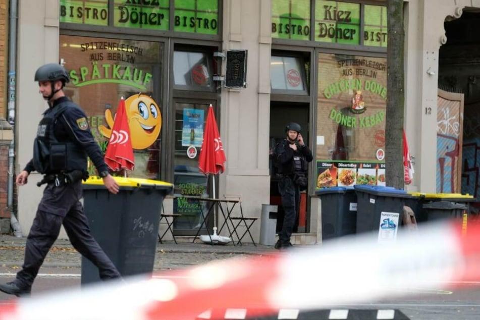 Polizeiabsperrung vor einem Dönerimbiss.