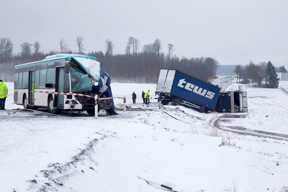 Auf schneeglatter Fahrbahn stieß der Bus frontal mit einem Lkw zusammen.