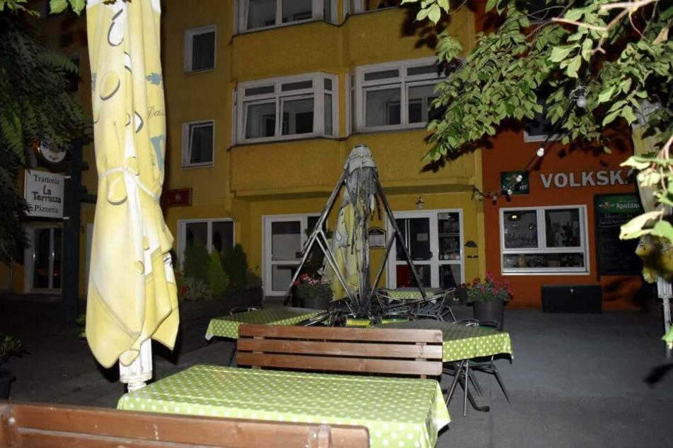 Ein Transporter und Sonnenschirme standen am frühen Donnerstagmorgen in Friedrichshain in Flammen.