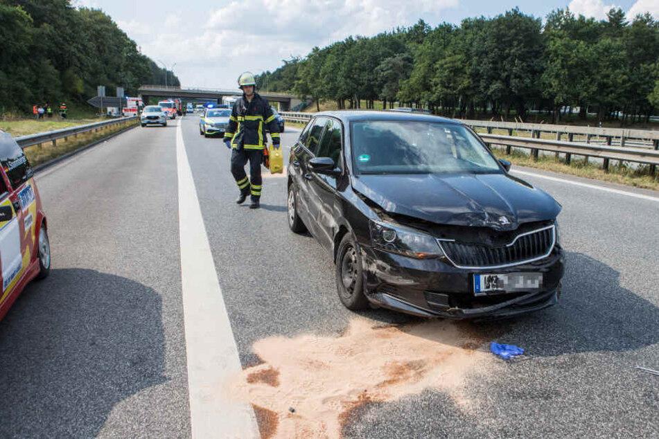 Die Spuren des Unfalls sind am schwarzen Pegeot zu erkennen.