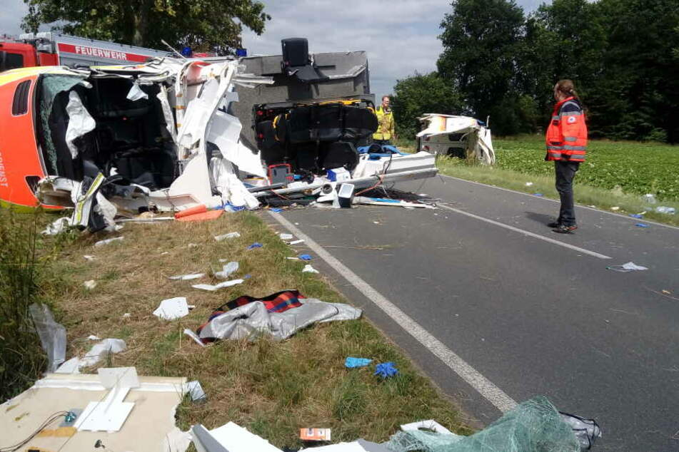 Das Dach des Rettungswagen wurde bei dem Unfall abgerissen.