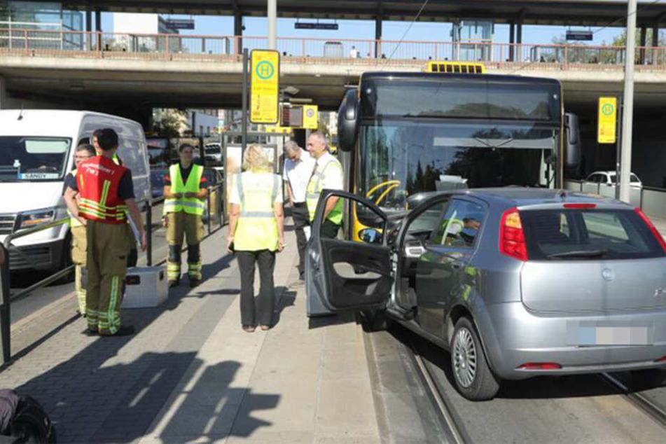 Dresden: Autofahrer (75) kracht frontal in Bus: Fußgänger dabei schwer verletzt!