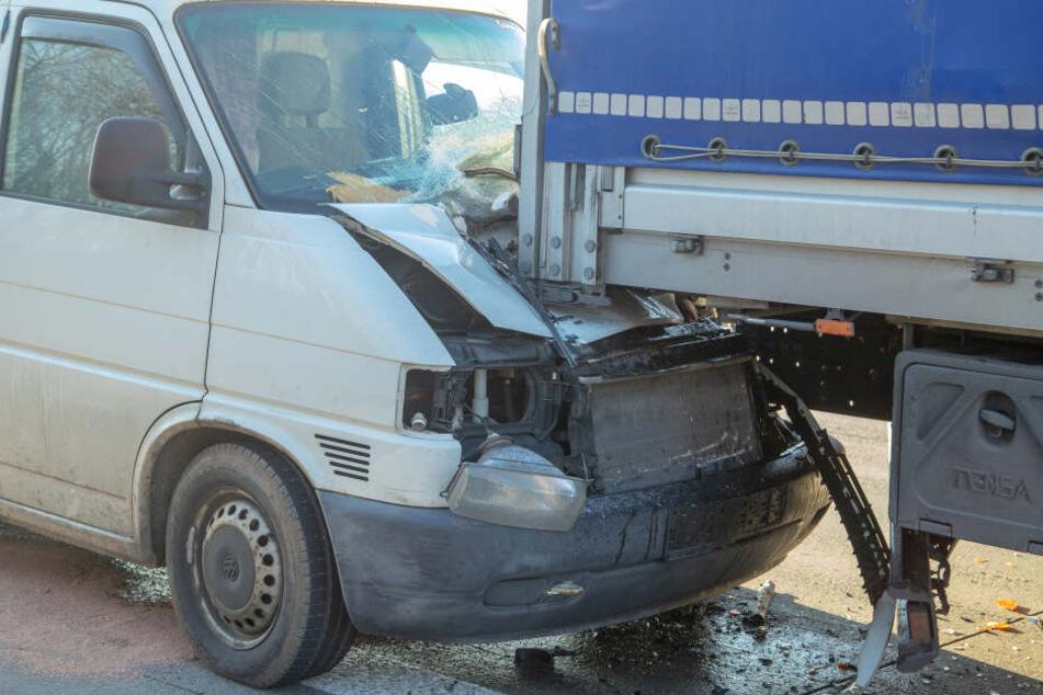 Am Parkplatz Neukirchner Wald fuhr ein Transporter auf einen LKW auf.