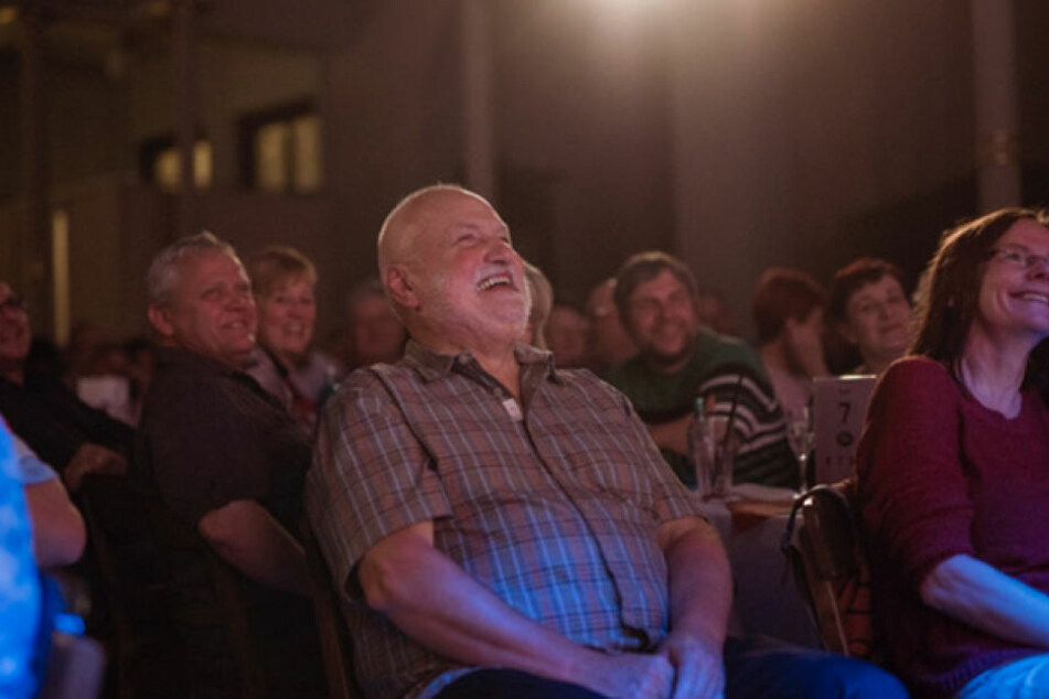 """Das ganze Radeberger Biertheater lacht über Böttchers """"Lieber radioaktiv als  im Radio aktiv""""."""