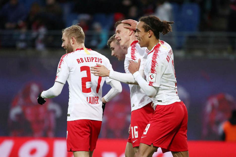 Lukas Klostermann (2.v.r.) erzielte mit einem wunderschönen Hammerschuss das 1:0 gegen Bremen.