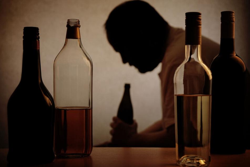 Betrunkener Mann tötet Bekannten und alarmiert dann die Polizei