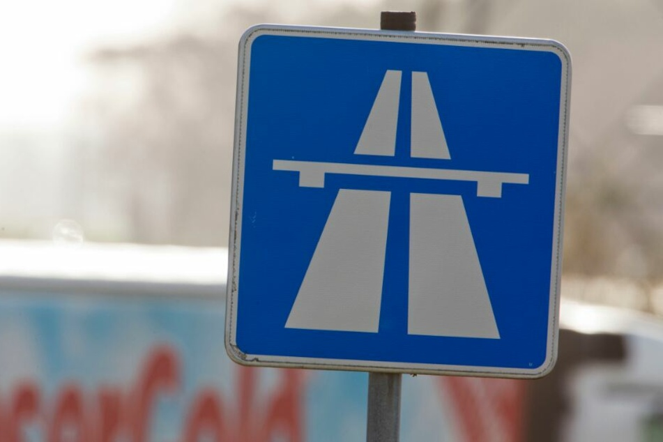 Mitten auf der Autobahn-Ausfahrt parkte der Fahrer den Wagen. (Symbolbild)