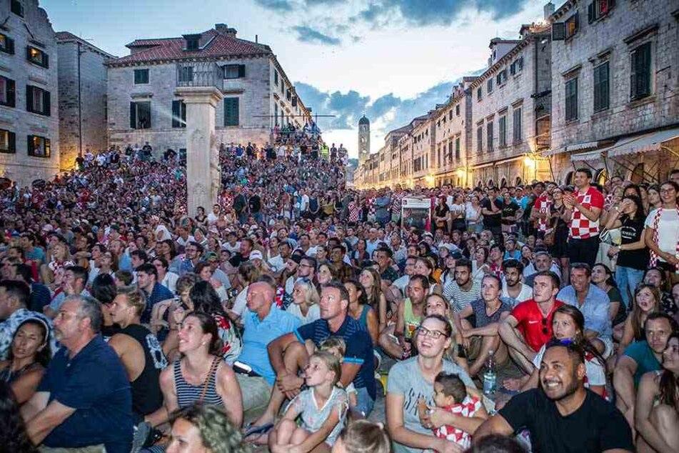 Kroaten beim Public Viewing in Dubrovnik. Während des Halbfinals wird das öffentliche Leben fast komplett zum Erliegen kommen.