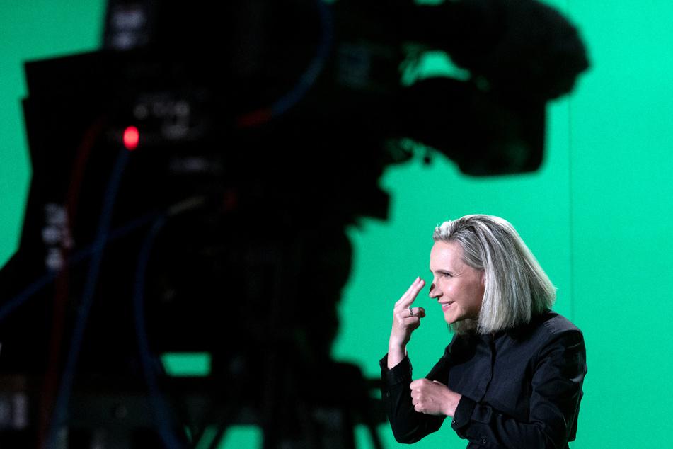 """Die Gehörlosen-Dolmetscherin Antje Seifert übersetzt in einem Studio des Mitteldeutschen Rundfunks (MDR) den neu produzierten """"Polizeiruf 110"""" vor einer Kamera in Gebärdensprache."""