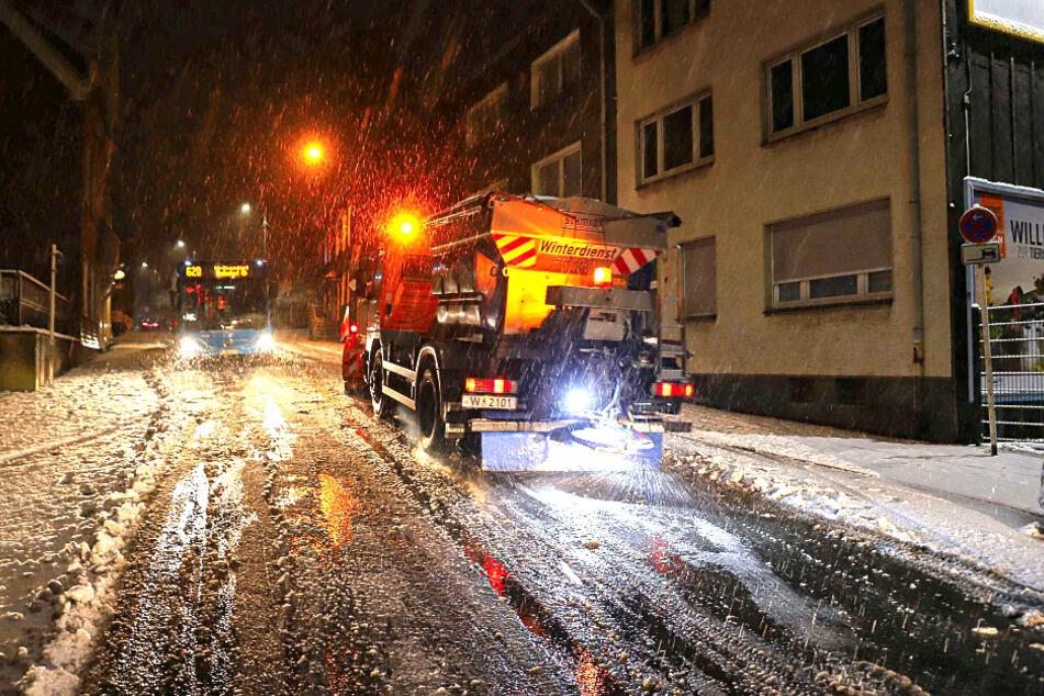 Streufahrzeuge in Wuppertal kehrten die Straßen nach dem Schneefall.