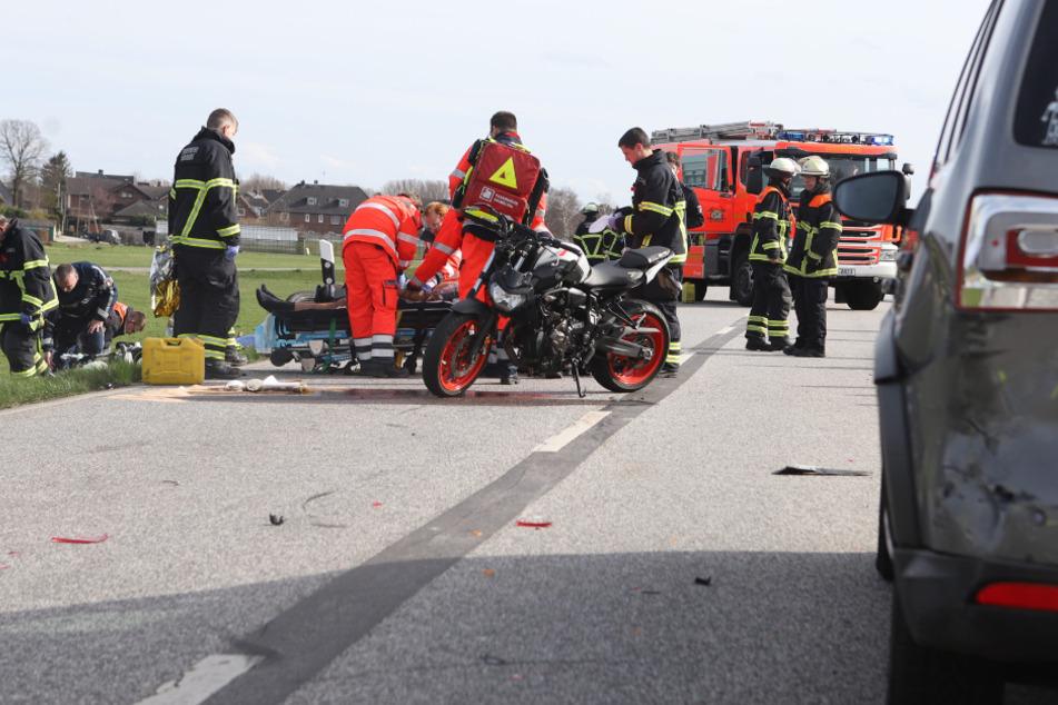 Rettungskräfte versorgen nach dem schweren Unfall die verletzten Motorradfahrer.