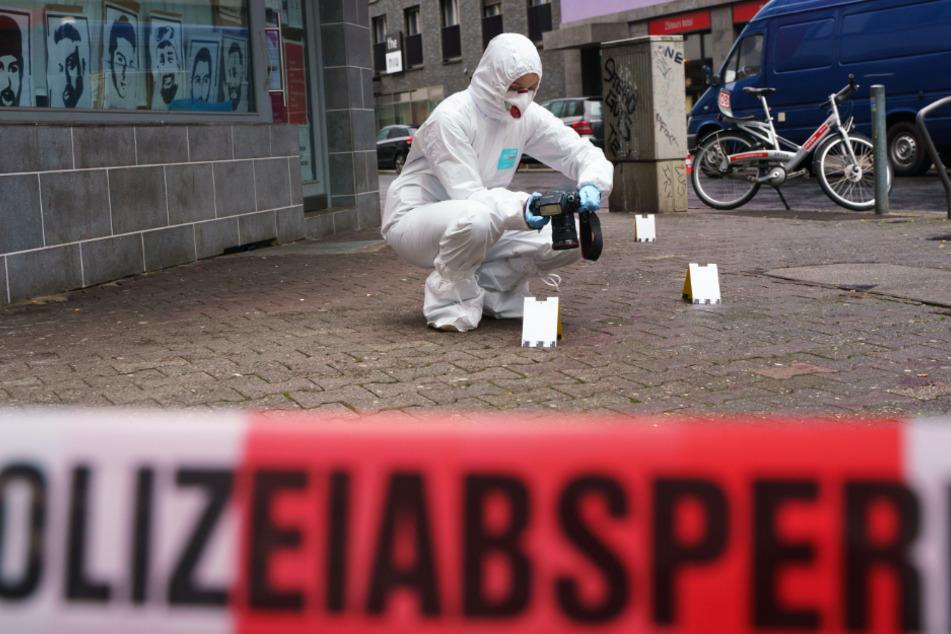 Ein Experte der Polizei sichert Spuren im Frankfurter Bahnhofsviertel.