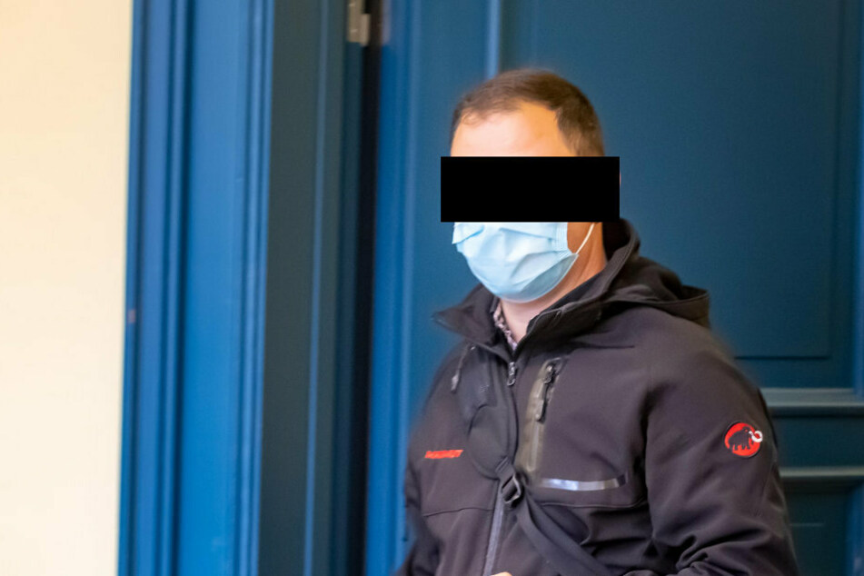 Oralverkehr am Arbeitsplatz: Vergewaltigte Kellner seine Mitarbeiterin?