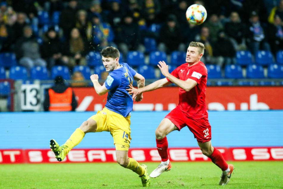 Giftiger Zweikämpfer: Robin Becker (l.), hier im Duell mit Zwickaus damaligem Stürmer Elias Huth, verstärkt Dynamo Dresden.