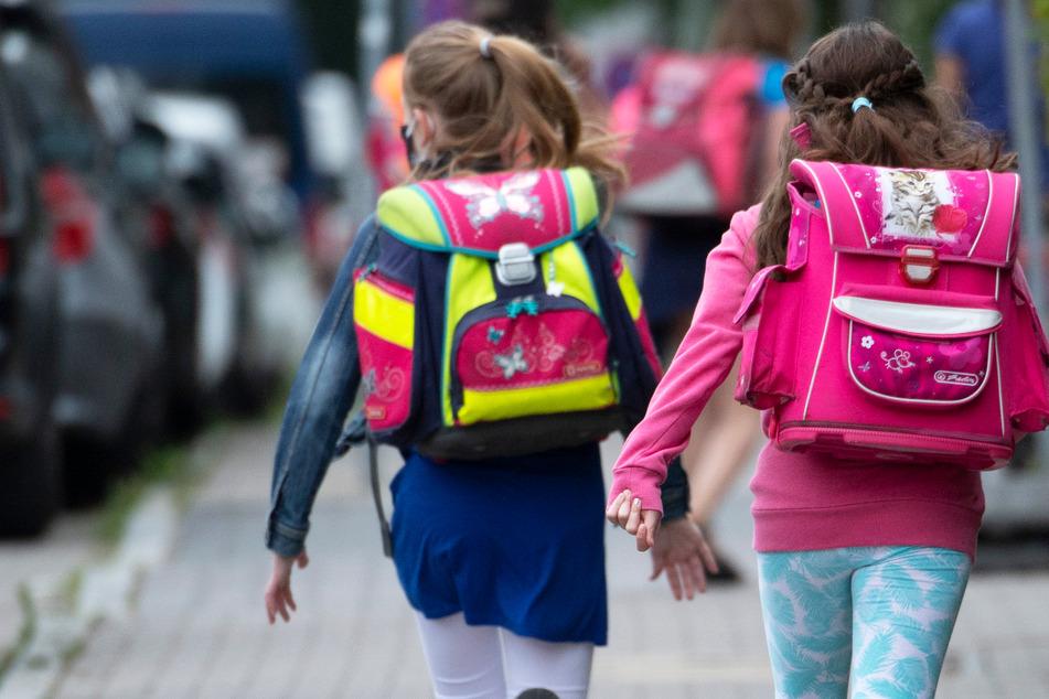 Grundschüler auf dem Weg zur Schule – in Hessen startet am Montag das neue Schuljahr.