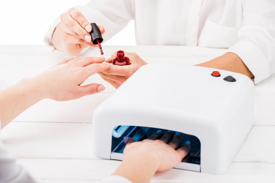 So kennen viele das Auffrischen der Nägel: Die Nägel werden mit Gel beschichtet, danach wird die Farbe aufgetragen und alles unter der UV-Lampe getrocknet. (Symbolbild)