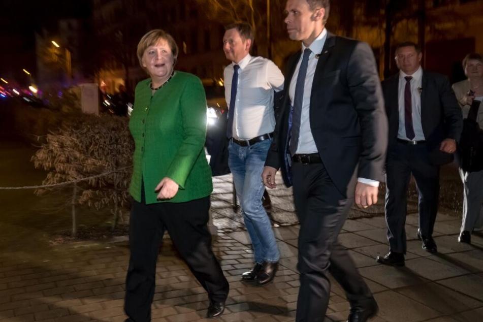 Angela Merkel und Ministerpräsident Michael Kretschmer auf dem Weg zum Abendessen.