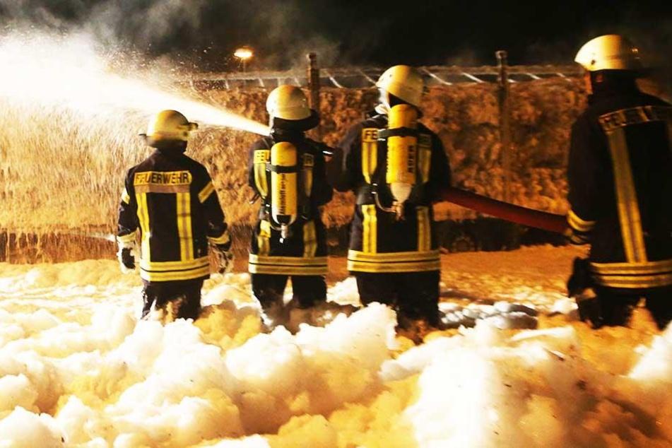 Lastwagen kommt ins Schleudern, kippt um und geht in Flammen auf