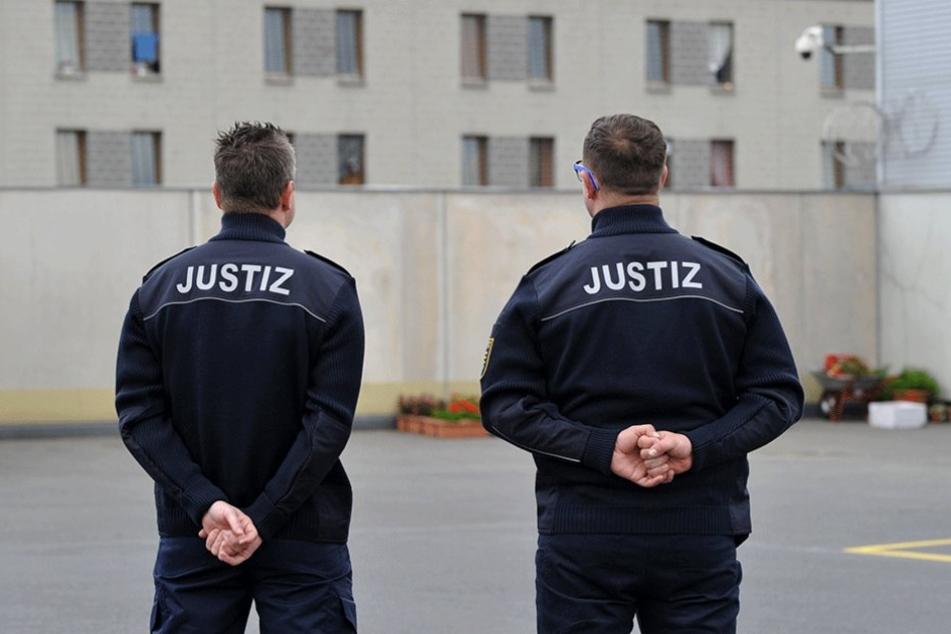 Zwei Justizbeamte stehen vor der JVA Dresden. In der letzten Zeit klagen viele über die zunehmende Aggressivität in den Gefängnissen (Symbolfoto).