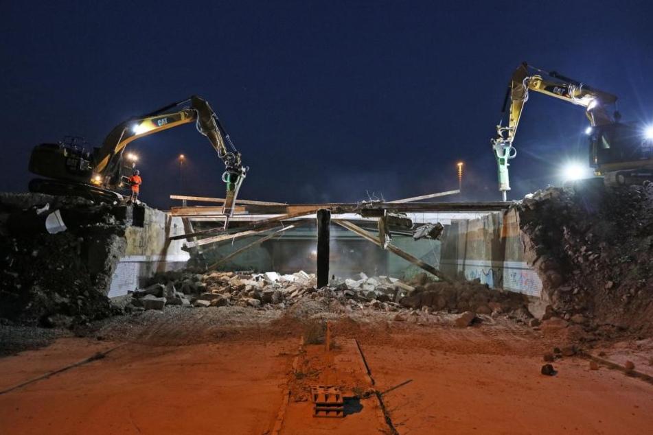 Abbruch-Nacht: Bagger beim Zerlegen der letzten Olzmanntunnel-Brücke in Zwickau.