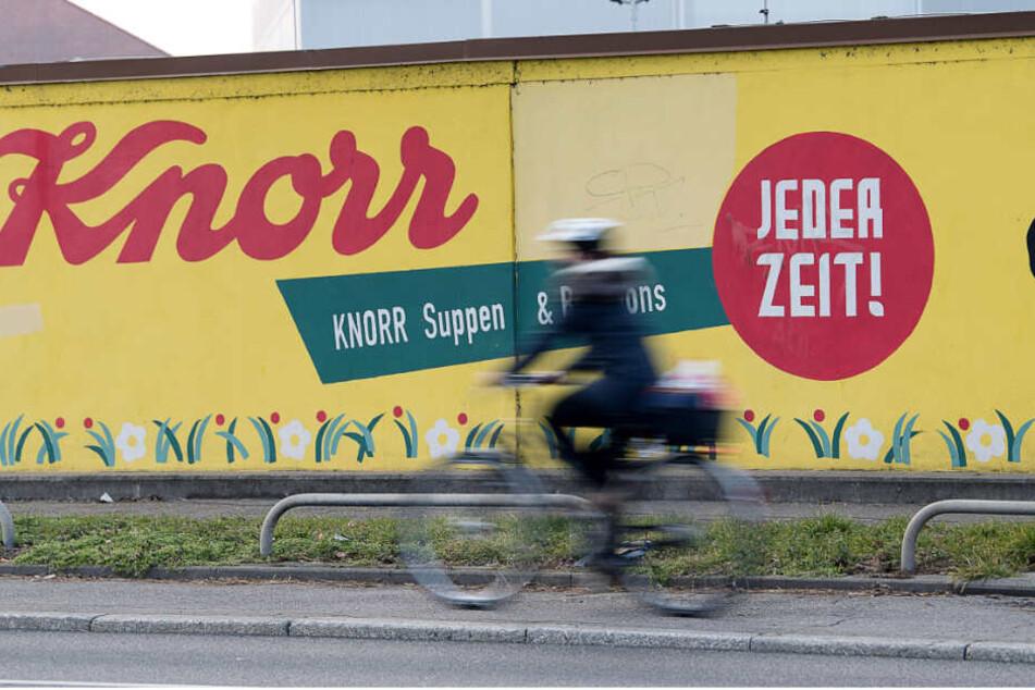 """Der Schriftzug des Lebensmittelherstellers """"Knorr"""" steht auf einer Mauer vor dem Firmengelände in Heilbronn. (Archivbild)"""
