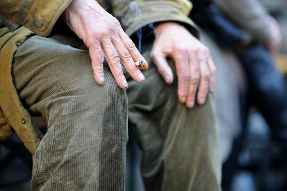 Eigentlich wollte sich der Obdachlose nur eine Zigarette anzünden. (Symbolbild)