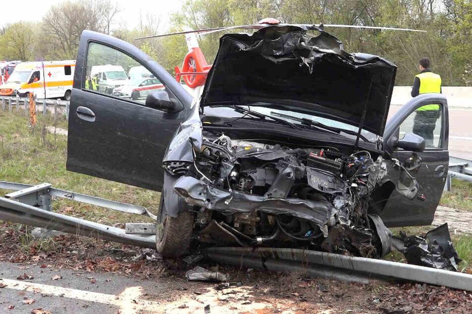 Auto überschlägt sich auf A5: Fahrer schwer verletzt