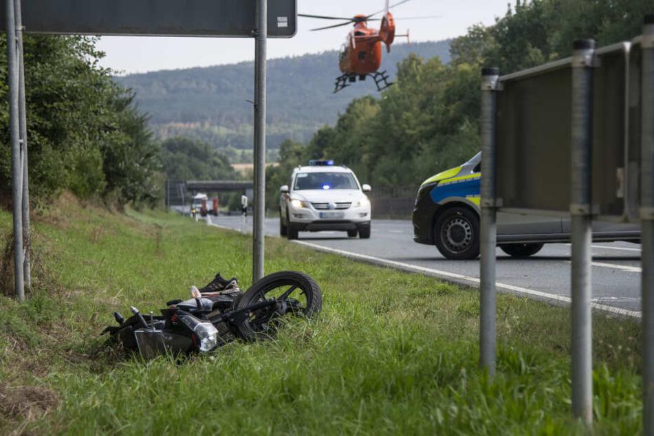 Das Motorrad landete auf dem Grünstreifen.