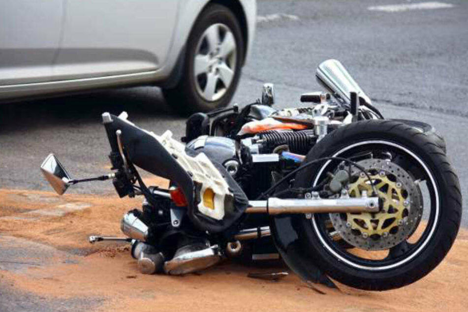 Auto crasht Motorrad, Biker mit Hubschrauber weggebracht