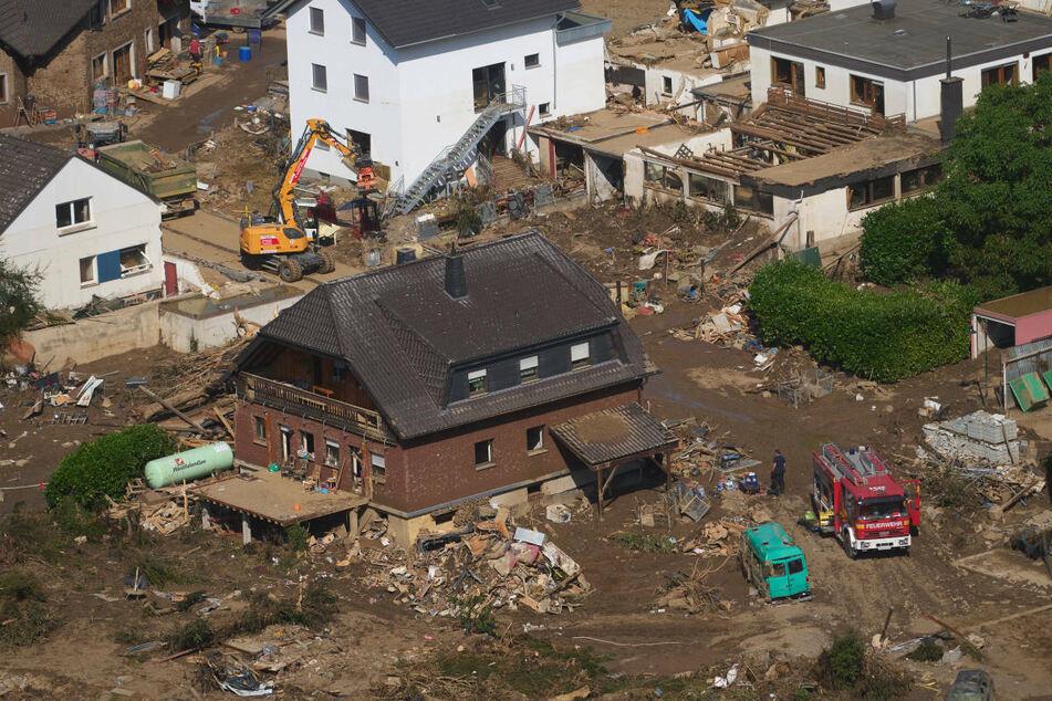 Im rheinland-pfälzischen Marienthal laufen die Aufräumarbeiten nach dem Hochwasser. Brandenburg entsendet am Mittwoch mehr als 300 Einsatzkräfte in die betroffenen Gebiete.