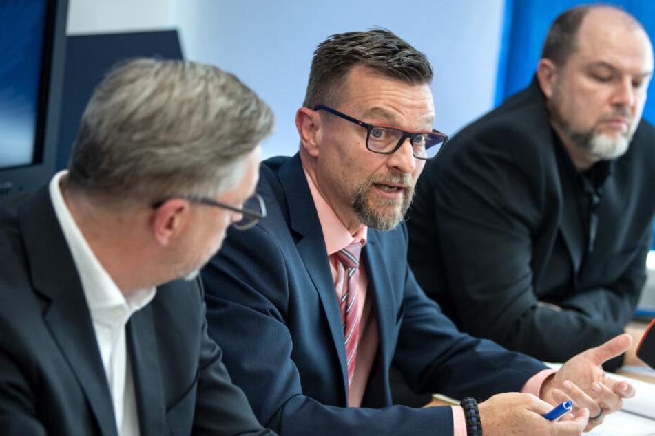 Rainer Nachtigall (l-r), Landesvorsitzender der Deutschen Polizeigewerkschaft (DPolG) in Bayern, Stefan Pfeiffer, Leiter der Verkehrspolizei Feucht, und Markus Heiß von der DPolG bei der Pressekonferenz über Gaffer.