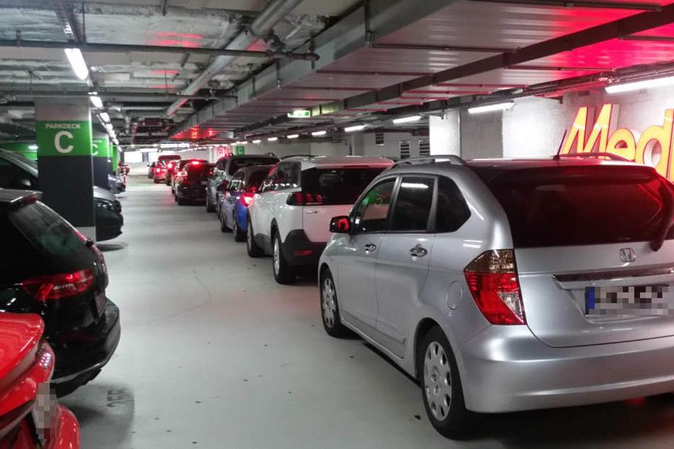 Chaos auch im Parkhaus: In Reih und Glied warten die Autos auf Abfahrt. Aber das kann noch lange dauern.