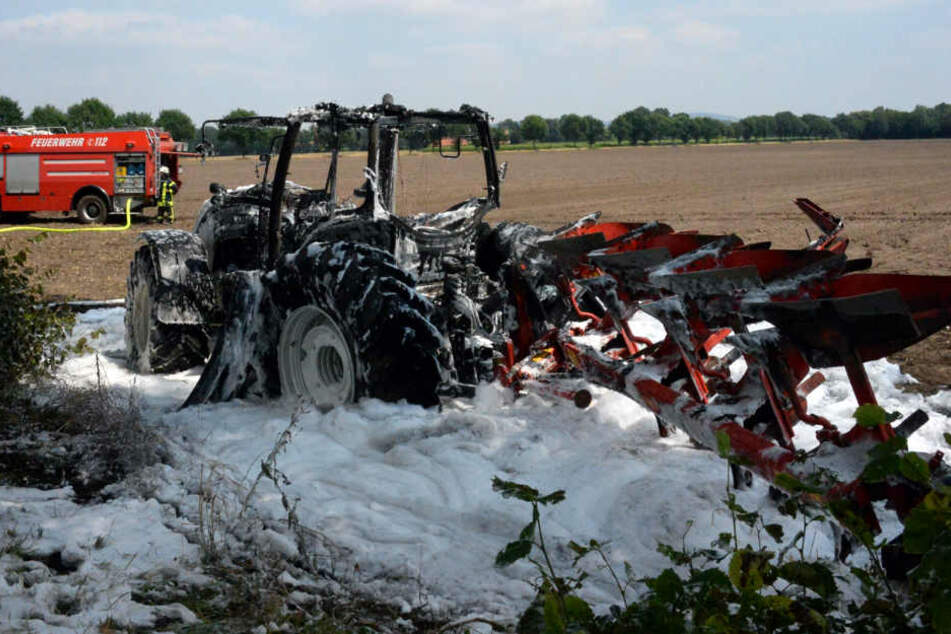 Als die Einsatzkräfte eintrafen, stand der Traktor bereits komplett in Flammen.