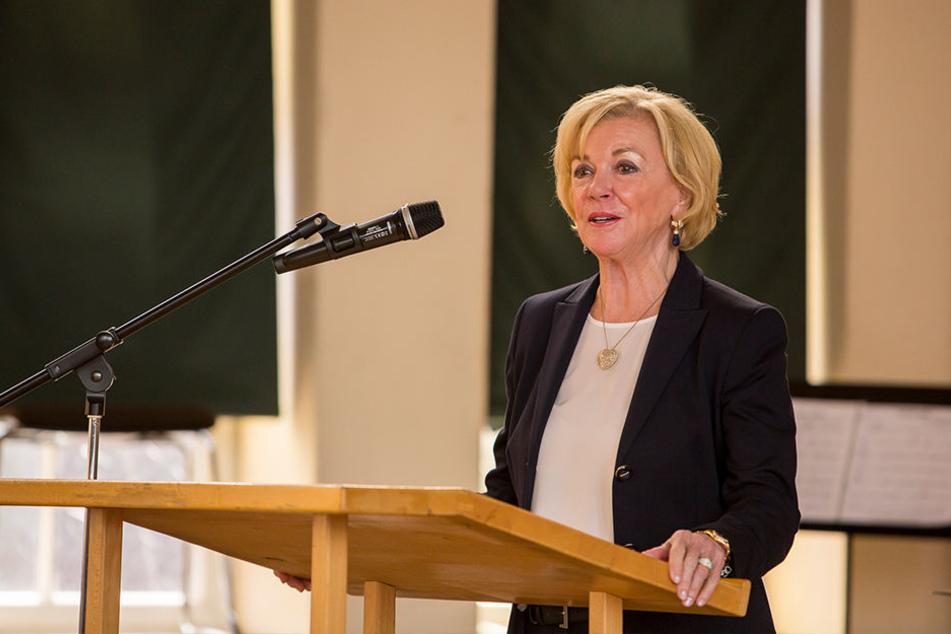 Liz Mohn erklärt in ihrer Rede den Hintergrund zur Spende.