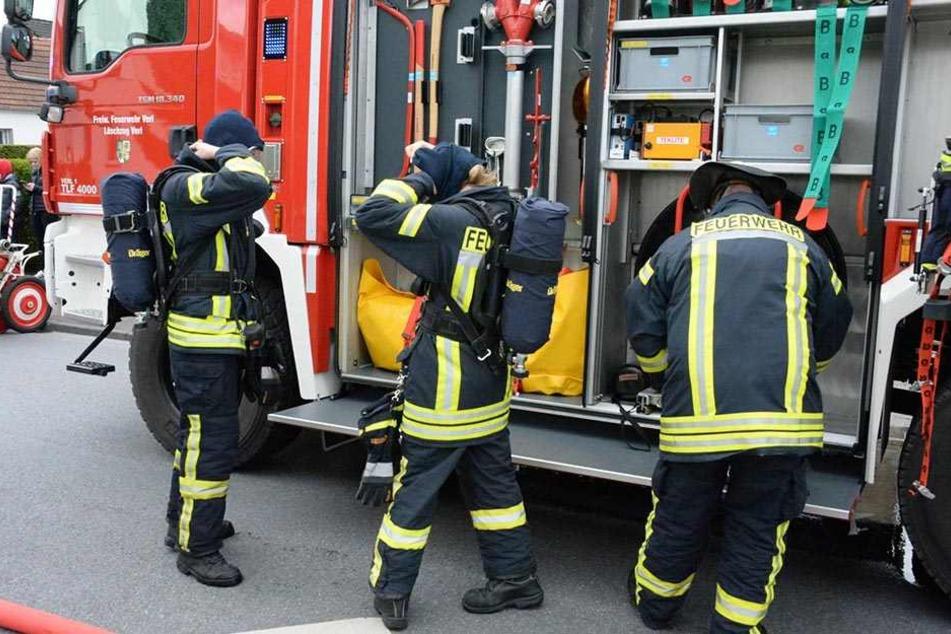 Die Einsatzkräfte mussten sich mit Atemschutzgeräten ausrüsten.