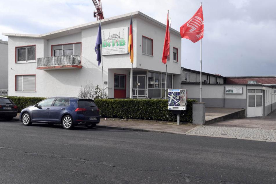 Die Ditib-Zentralmoschee in Karlsruhe inmitten eines Gewerbegebiets.