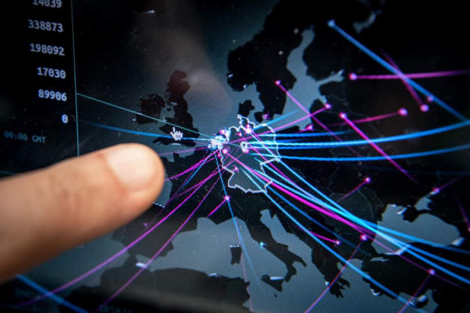 Cem Karakaya zeigt auf einer Echtzeitkarte von Kaspersky die Cyberbedrohung in Deutschland.