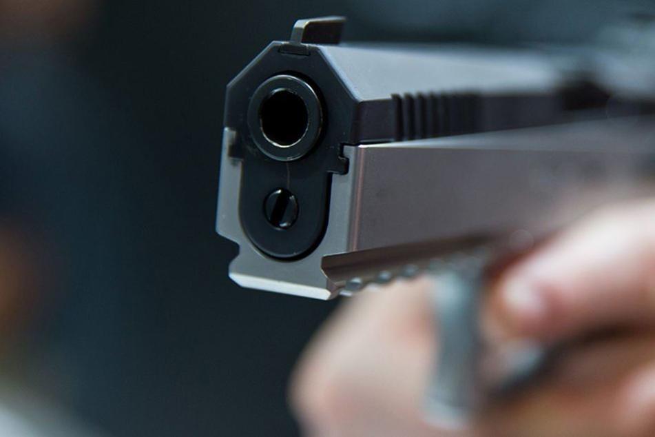 Der Mann bedrohte die Kassierin mit einer Pistole. (Symbolbild)