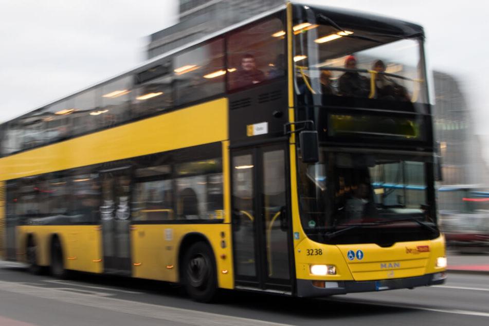 Weil ein Fahrer plötzlich auf seine Spur wechselte, musste ein Busfahrer abrupt und hart bremsen. (Symbolbild)
