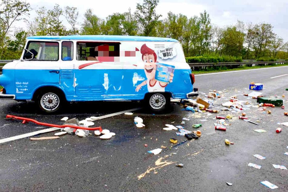Heftiger Unfall auf der A10: Bus verliert jede Menge Senf!