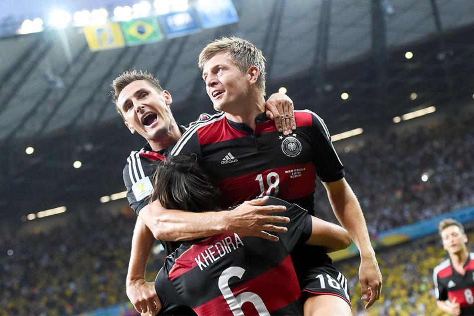 Großer Jubel bei der WM 2014: Beim legendären 7:1-Sieg der DFB-Elf im Halbfinale gegen Brasilien traf Toni Kroos (r.) doppelt und bereitete die Führung von Thomas Müller vor. Auch Miroslav Klose (l.) und Sami Khedira (m.) trafen.