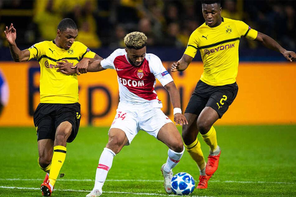 Die BVB-Spieler Abdou Diallo (l.) und Dan-Axel Zagadou (r.) nehmen Monacos Moussa Sylla in die Zange.