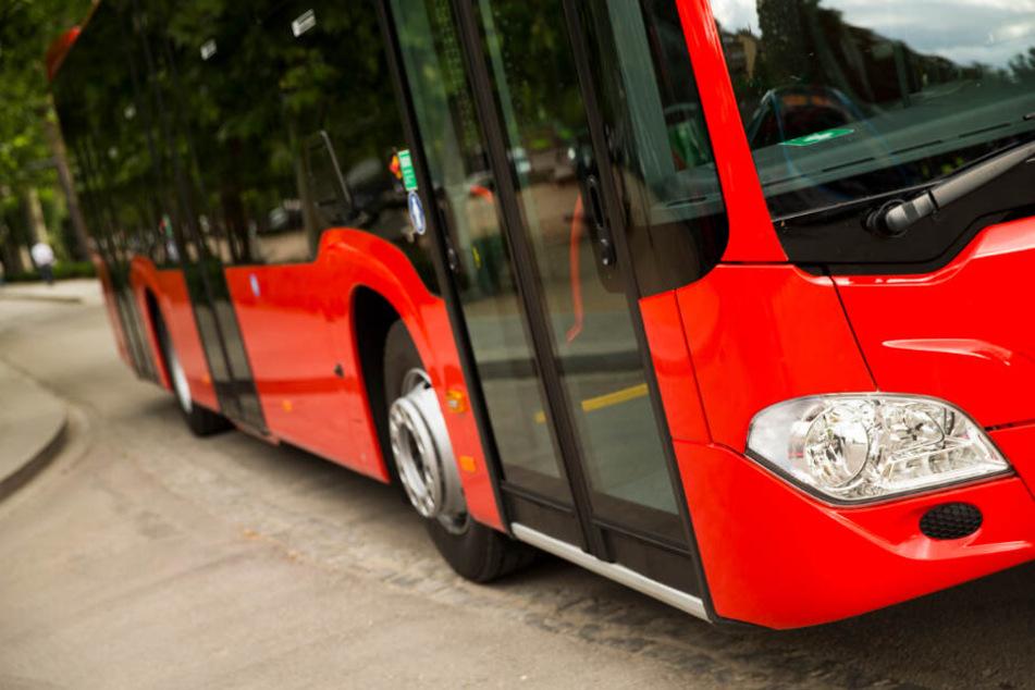 Busfahrer weigert sich, Mutter mit Kind aussteigen zu lassen