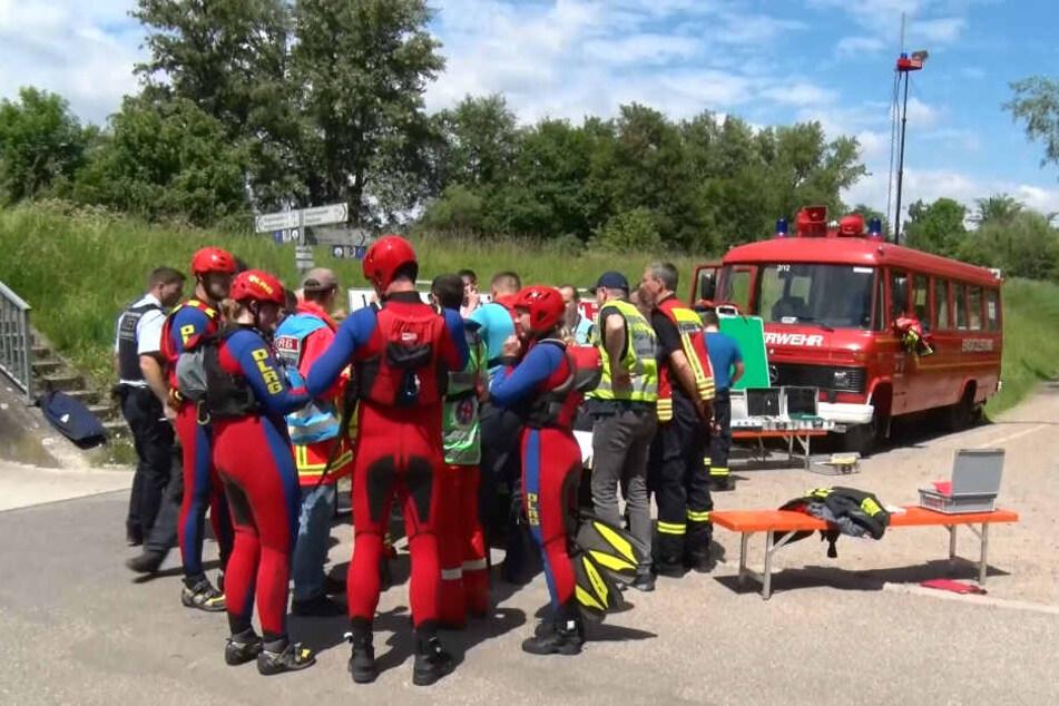 Taucher des DLRG, Gendarmerie und Feuerwehrleute suchen nach dem vermissten Mädchen.