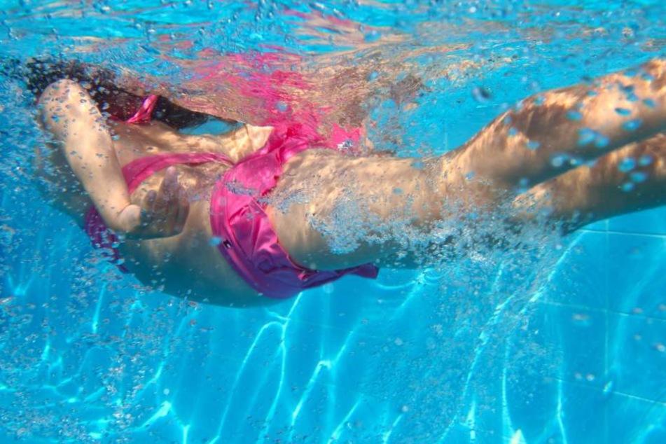 Das Mädchen war anscheinend alleine ans Schwimmbecken gegangen. (Symbolbild)