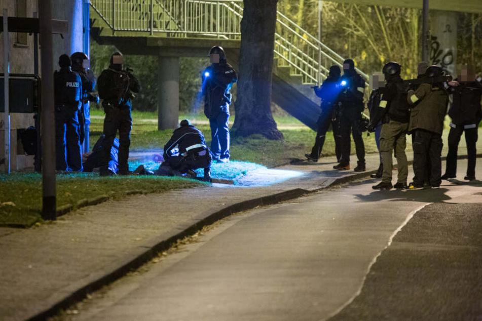 Im Zuge ihrer Ermittlungen nahmen die Beamten einige Personen kurzzeitig fest.