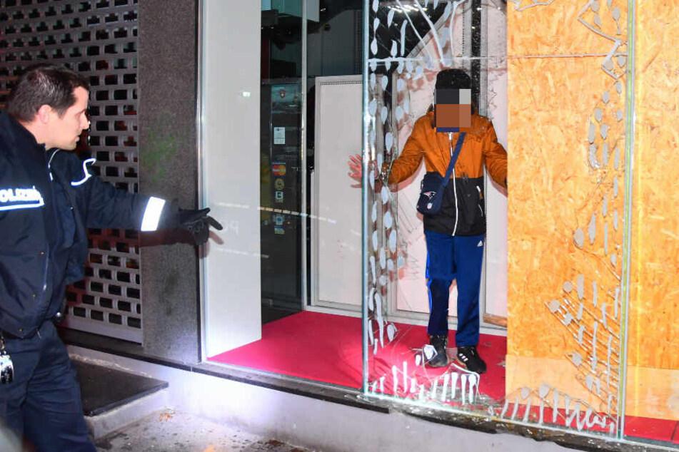 Der Jugendliche stand hinter einer eingeschlagenen Schaufensterscheibe.