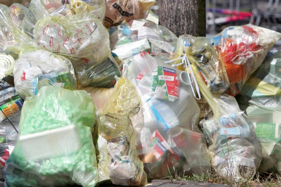 Zahlreiche Gelbe Säcke liegen auf dem Gehweg auf einem Haufen für die Abholung bereit. Die Kirche ruft zum Klima- und Plastikfasten auf.